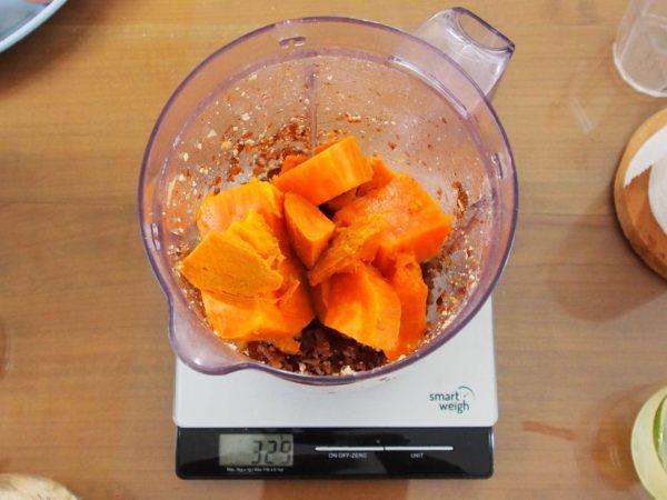 Ajouter les cinq premiers ingrédients dans le mixeur en mixant bien entre chaque étape puis ajouter le sel et les épices.
