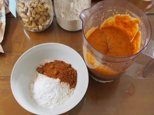 Dans un bol à part, mélanger la farine, le sucre et le bicarbonate avant d'ajouter le contenu du mixeur. Vous pouvez y ajouter des noix ou des morceaux de pommes par exemple.
