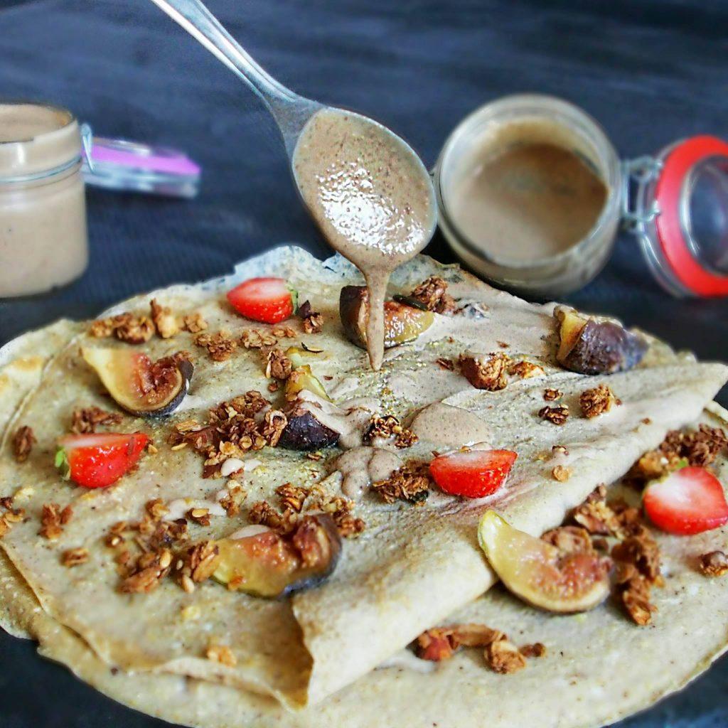 crepe omelette sucrée avec topping granola et sauce oléagineux saine
