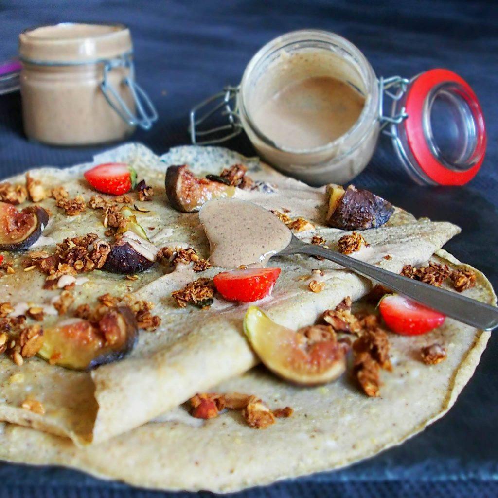 Granola rapide et inratable en topping de la crêpe omelette.