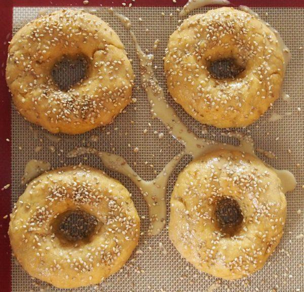 Préchauffer le four à 180° celsius. Lorsque la pâte à levé a nouveau - une quinzaine de minutes - étaler la dorure délicatement avec un pinceau. Enfourner ensuite avec un moule rempli d'eau sur une grille placée sous vos bagels. Cela donnera du moelleux à vos bagels. C'est prêt en environ 20 minutes, suivant la puissance de votre four.