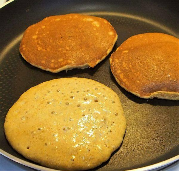 Faire plusieurs tas de deux cuillères à soupe de mélange sur votre poêle. Vous pouvez retourner vos pancakes lorsque des bulles se forment à la surface de votre pâte.