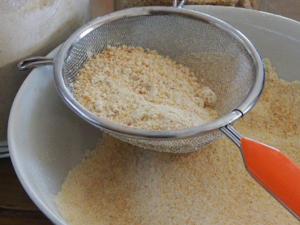 Préchauffer le four à 180° celsius. Tamiser les farines de pois chiche et de riz si nécessaire.