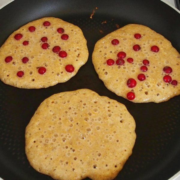 Verser deux CAS de mélange dans un coin de votre poêle puis recommencer en prenant soin de laisser un espace suffisant entre vos pancakes. Si des fruits sont désirés, les poser immédiatement sur la pâte.