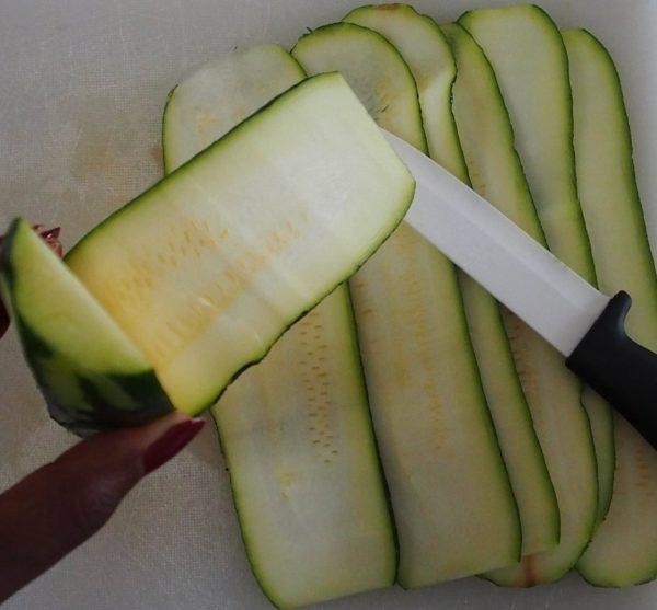 Laver les courgettes. Couper de fines lamelles de courgettes à l'aide d'une mandoline ou d'un couteau tranchant. Jeter la première et la dernière lamelles, principalement constituées de peau.