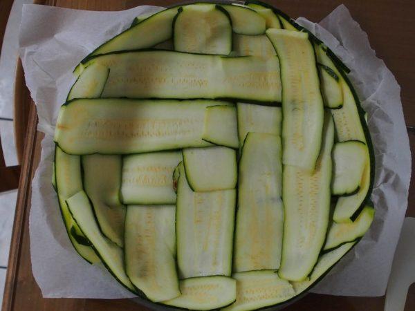 Sceller le fond de tarte en faisant le tour du bord avec les lamelles de courgette.