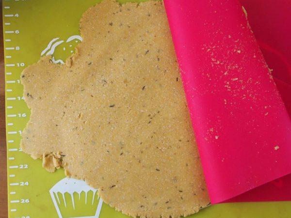 Etaler la pâte à l'aide d'un rouleau à pâtisserie. Attention à ce que la pâte ne soit pas trop fine sur les bords. Elle risque de s'effriter ensuite sinon. Si la pâte colle trop, ajouter un papier de cuisson entre la pâte et le rouleau.