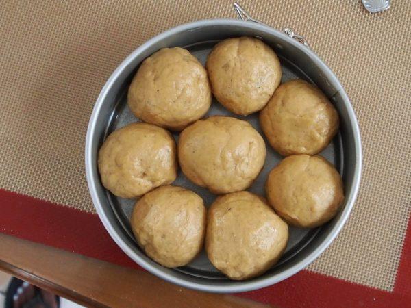 Pétrissez à nouveau votre pâte pendant un dizaine de minutes avant de façonner selon vos préférences. Vous pouvez faire des boules, une natte ou quatre petits pains.