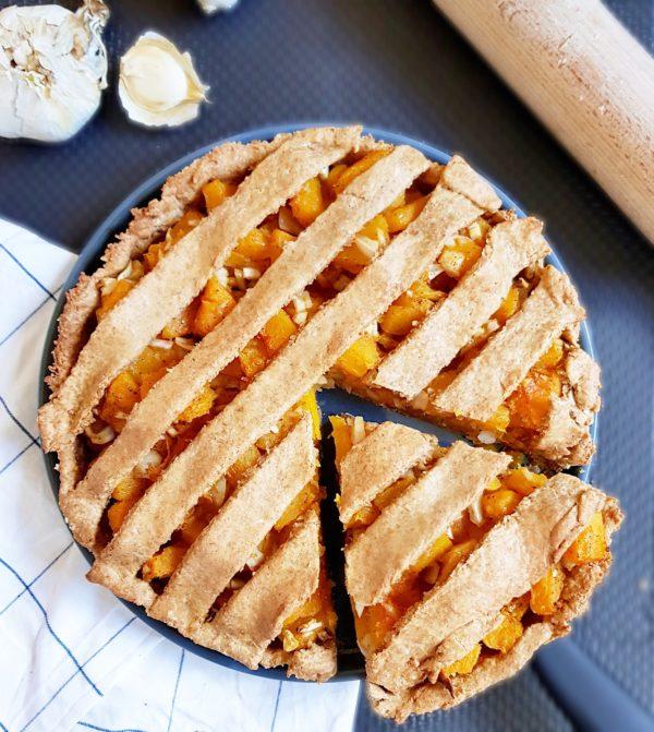 Étalez la ensuite avant de garnir un grand moule ou des petits moules. N'hésitez pas à fariner votre plan de travail si la pâte est trop collante. Conservez vos chutes afin de décorer vos dessus de tarte.