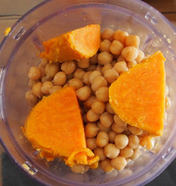 Ajouter tous les ingrédients dans le mixeur en commençant par l'oignon et le lait de coco.