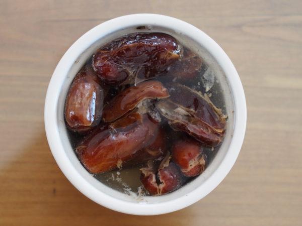 Placer les dattes dénoyautées dans un petit bol. Couvrir d'eau chaude.