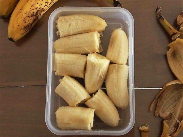 Couper les bananes en rondelles ou en 3 ou 4 morceaux. Choisir des bananes bien mûres est primordial pour le crémeux et le goût sucré final. Placer les bouts de bananes dans un tupperware de façon à ne pas trop les coller. Cela formerait un bloc indissociable après congélation.