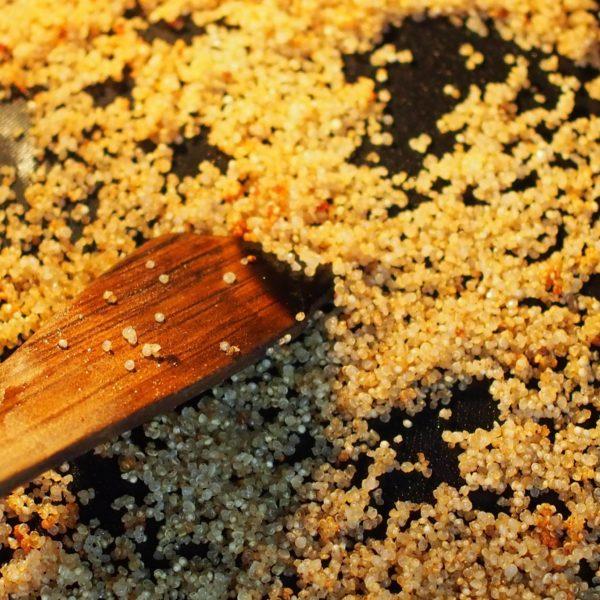 Au bout de 10 minutes, ouvrez le four et mélangez vos grains à l'aide d'une spatule. Laissez cuire encore 10 minutes.