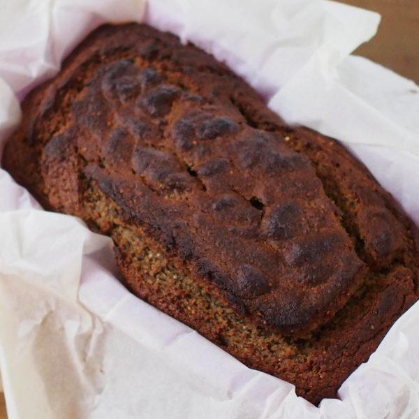 Versez dans votre moule à cake avant d'enfournez pendant 40 - 50 minutes suivant la puissance de votre four. Piquez avec un couteau, il doit ressortir quasiment propre. Le banana bread est un gâteau moelleux mais dense, la cuisson peut-être longue.