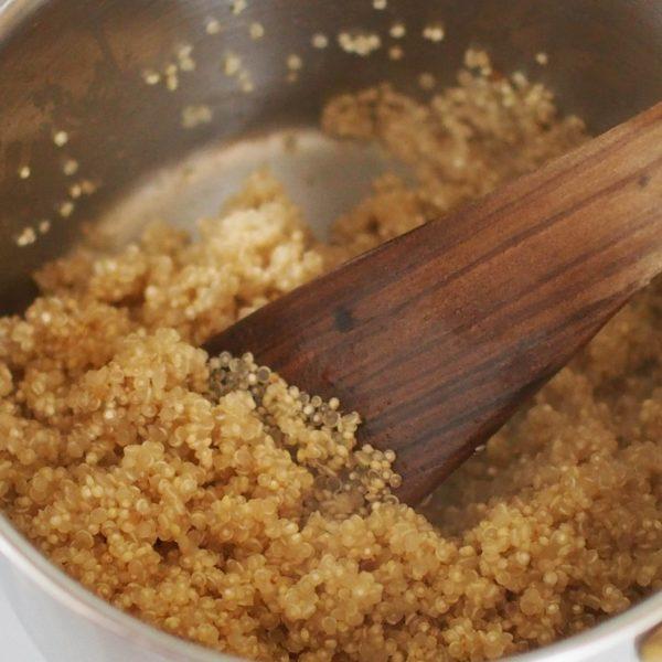 Une fois le quinoa cuit, la queue est apparente. Retirez le du feu, allumez le four à 165°Celsius et laissez reposer le quinoa pendant une dizaine de minutes, le temps qu'il sèche complètement.