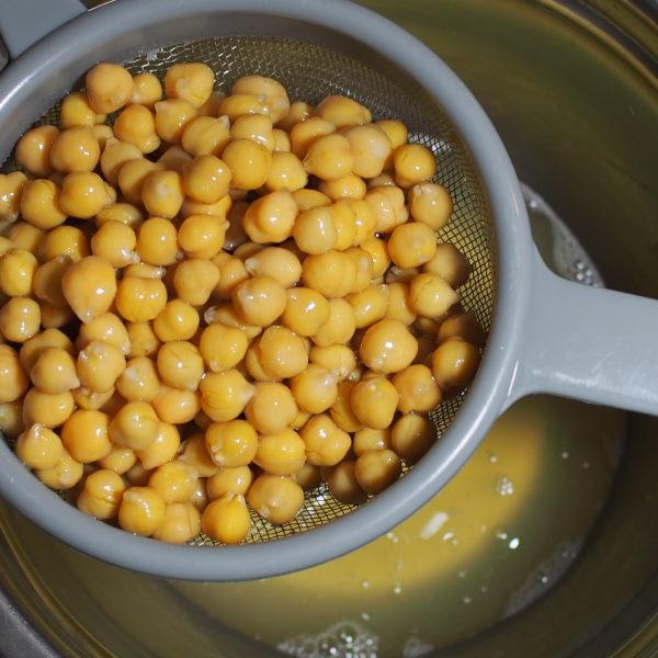 Récupérez l'eau de trempage de votre conserve de pois chiche. Vous pouvez utiliser l'eau de cuisson de vos pois chiche secs après l'avoir réduite jusqu'à ce qu'elle soit visqueuse. Dans tous les cas, choisissez de la qualité.