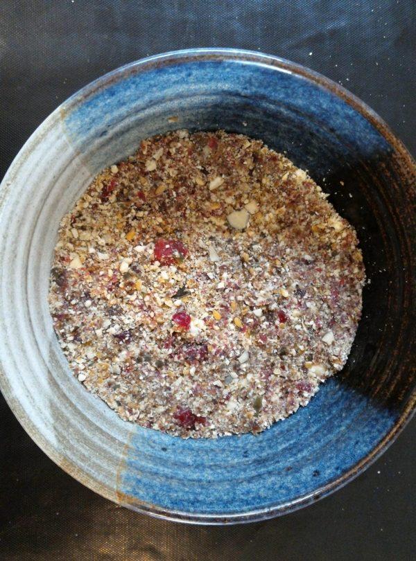 Mixer pendant quelques minutes afin qu'il n'y ait plus que des miettes. Versez le contenu dans un bol et tassez.