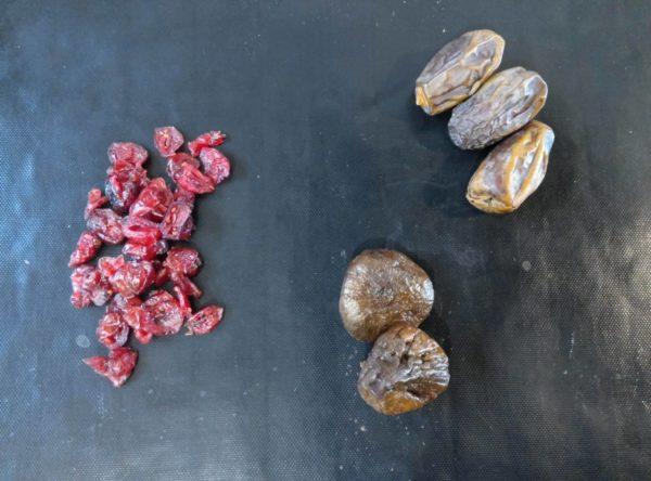 Choisissez vos fruits séchés. J'aime bien faire un mélange de dattes, cranberries et figues mais vous pouvez choisir ce que vous voulez.