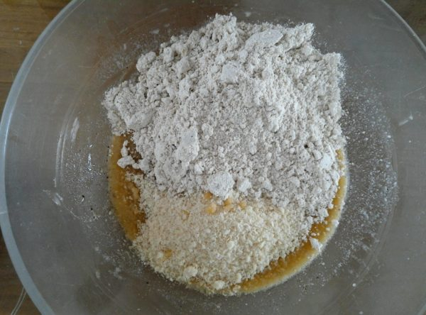 Ajoutez la farine d'avoine, l'amande en poudre et la levure avant de mélanger à l'aide d'une cuillère.