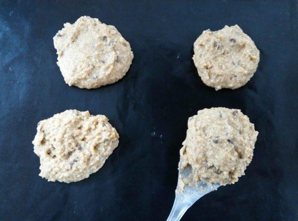 Sur un tapis de cuisson, faites 8 tas à l'aide d'une cuillère à soupe. Vos cookies ne doivent être ni trop gros ni trop fins afin d'offrir le parfait ensemble de moelleux et de croustillant. Faire 8 cookies apporte cette harmonie.
