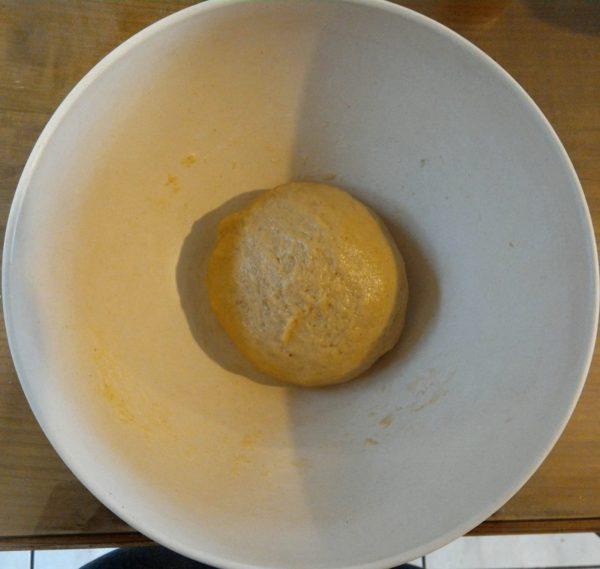 Mélangez ensuite progressivement le mélange liquide avec la farine. Pétrissez consciencieusement, c'est une part importante pour obtenir du moelleux. Si la pâte est trop collante farinez vos mains pour aider au pétrissage.