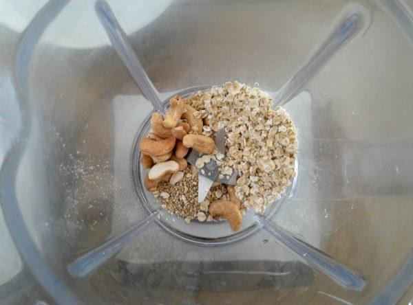 Préchauffez votre poêle préalablement huilée à feu doux. Mixez les ingrédients secs jusqu'à l'obtention d'une poudre. Vous pouvez utiliser des noix de cajou grillées mais natures.