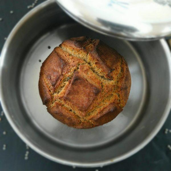 Enfournez avant d'allumer votre four à 240°C. La cuisson démarre à four froid et dure 40 minutes environ. Assurez vous que le couvercle est bien mis et résistez à l'envie de regarder pendant au moins 35 minutes. Une fois le couvercle retiré, ne le remettez pas si vous devez continuer la cuisson, cela ramollira votre belle croûte.