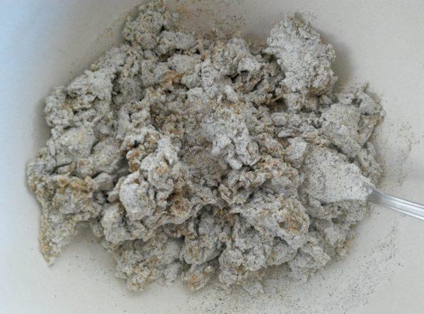 Mélangez ensuite progressivement le mélange liquide avec la farine.