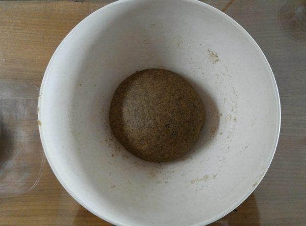 Pétrissez à nouveau pendant de longues minutes avant de former une boule. Le pétrissage est très important pour le moelleux.