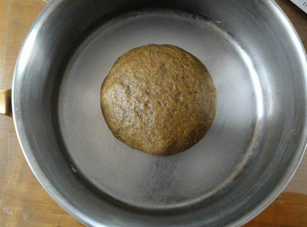 Le plus important pour la cuisson en cocotte est d'avoir un récipient suffisamment grand pour laisser pousser votre pain, qui ferme hermétiquement pour garder l'humidité. Le mieux est la cocotte en fonte (attention aux poignées!) mais vous pouvez aller jusqu'à utiliser un moule suffisamment profond et du papier alu en couvercle. Graissez le fond de la cocotte avant d'y placer votre pâton puis de couvrir. Laissez reposer pendant environ 1h.