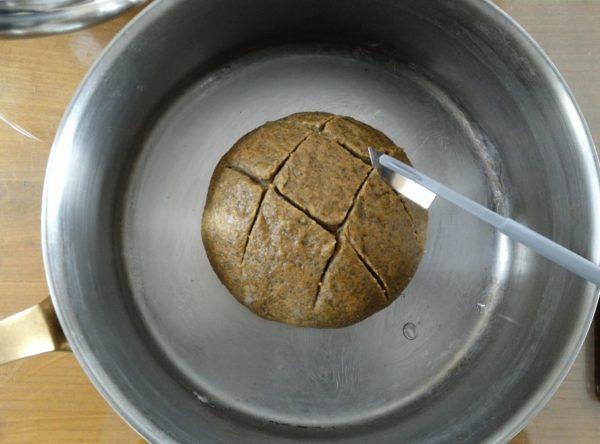 Grignez soigneusement votre pain à l'aide d'un instrument prévu à cet effet ou d'une lame très aiguisée. Les entailles doivent êtres de biais, suivant les bords de votre pâton, mais le dessin dépend de vous. Cette étape est primordiale. Sans cela, votre pain se fissurera quand même durant la cuisson, mais suivant une forme de champignon aussi peu jolie que pratique.