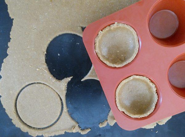 Farinez très légèrement votre plan de travail avant d'étaler votre pâte à l'aide d'un rouleau à pâtisserie et de garnir vos moules.