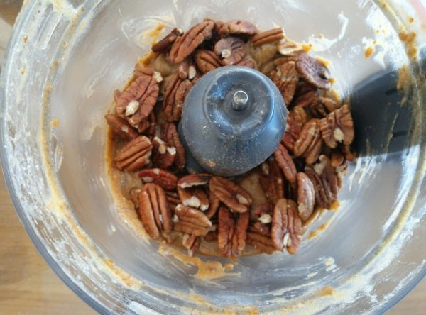 Ajoutez les noix de pécan et mixez pendant 2x5 secondes.