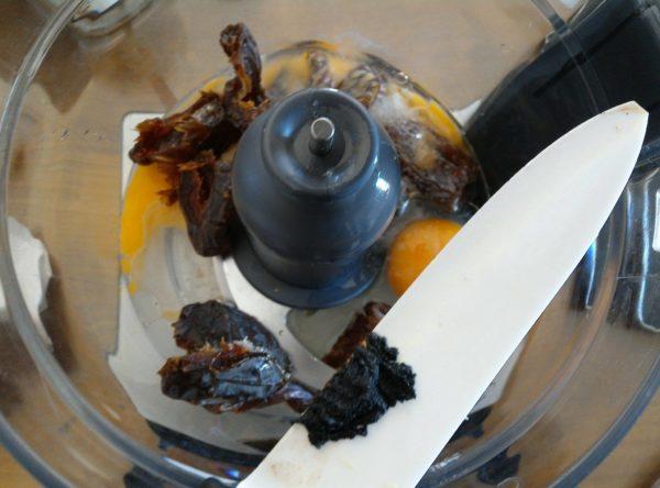 Mixez ensemble tous les ingrédients de la recette exceptées les noix de pécan. L'huile doit être liquide mais pas chaude.