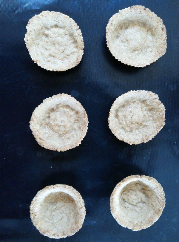 Cuire 4 fonds de tartelettes ou 9 fonds de mini tartelettes dans des moules à muffins en utilisant ma recette de pâte sablée vegan sans farine ou une recette de votre choix. La cuisson s'effectue à 180°C pendant 10 à 20 minutes suivant la recette choisie. Vos fonds de tartes doivent être juste dorés. Réglez ensuite le four à 165°C.