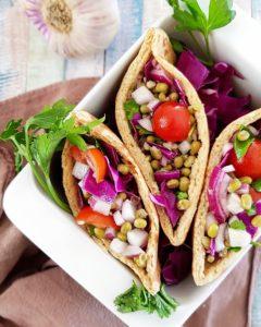 Pain pitas et salade de haricots mungos