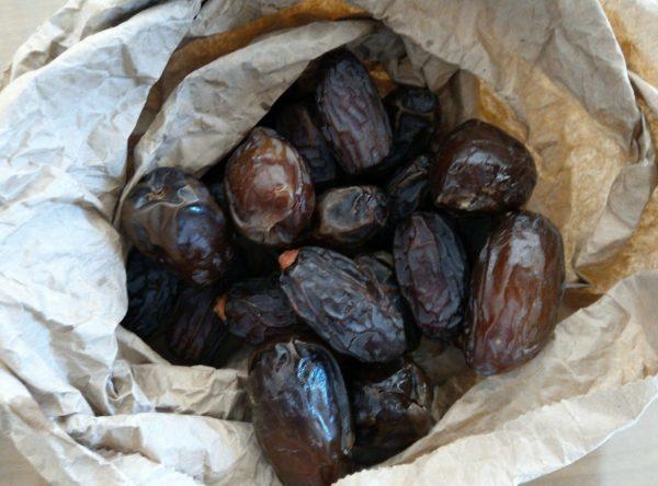 Faites chauffer légèrement votre huile de coco pour la rendre liquide et préparez vos ingrédients. Il vous faut des dattes medjools car elles sont moelleuses, et ont un goût de caramel caractéristique.