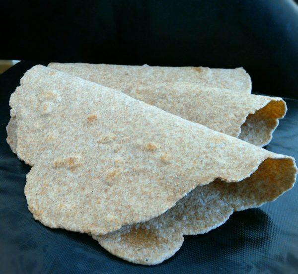 Vous pouvez également réaliser ces wraps avec de la farine complète et 10g d'eau en plus. Le résultat sera néanmoins nettement moins souple.