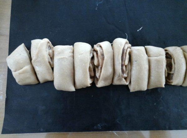 Roulez votre pâte dans le sens de la longueur pour faire 16 petits roulés ou dans le sens de la largeur pour faire 8 gros roulés.