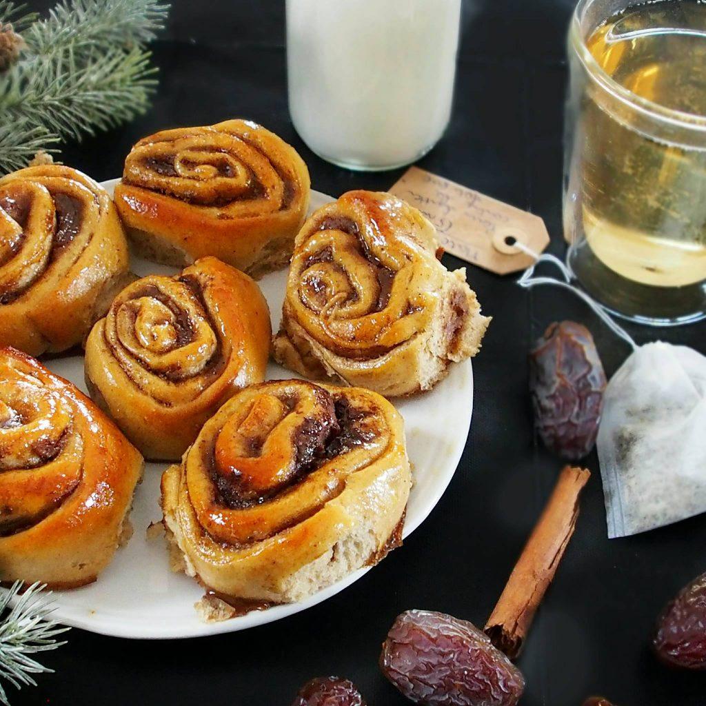 Une brioche à la farine d'épeautre parfumée à la cannelle. Le cinnamon rolls sans beurre pour des petit-déjeuners gourmands et sains.