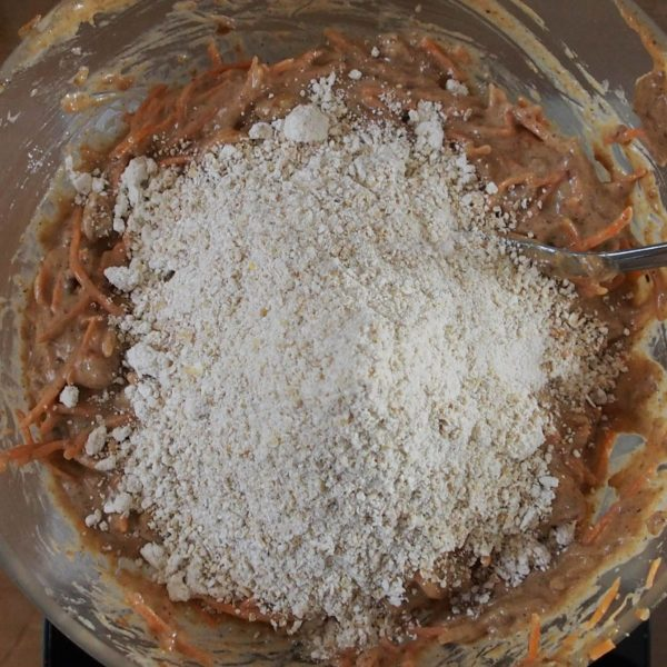 Ajoutez ensuite la farine d'avoine. Mélangez consciencieusement jusqu'à ne plus voir de trace de farine sèche.