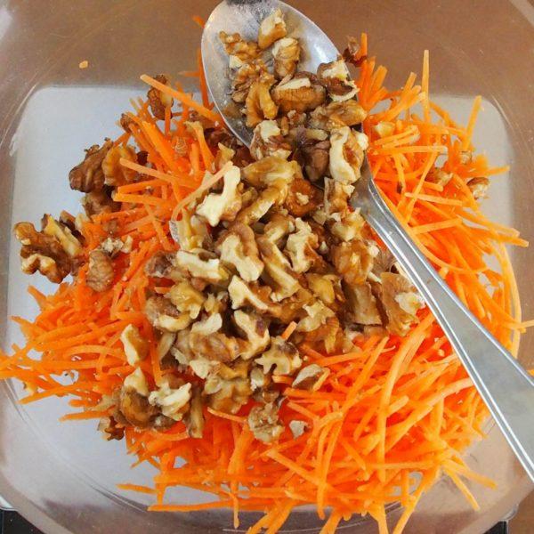 Réservez la carotte râpée (ou la patate douce mixée) , la levure et les noix dans un bol suffisamment grand.