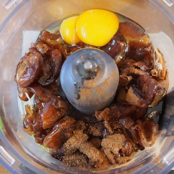 Mixez les œufs, les huiles, les dattes, le vinaigre et les épices jusqu'à obtenir un mélange onctueux et crémeux. L'huile de coco peut être solide ou liquide mais pas chaude.
