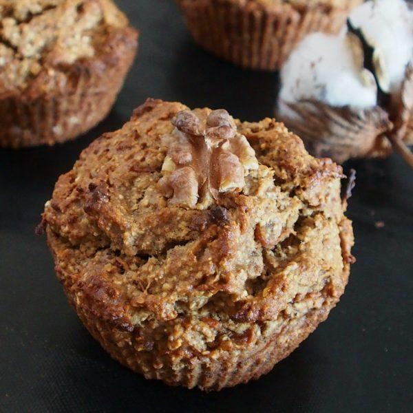 Enfournez pendant une vingtaine de minutes suivant la puissance de votre four. Laissez refroidir un peu avant de déguster, ces muffins sont meilleurs tièdes.