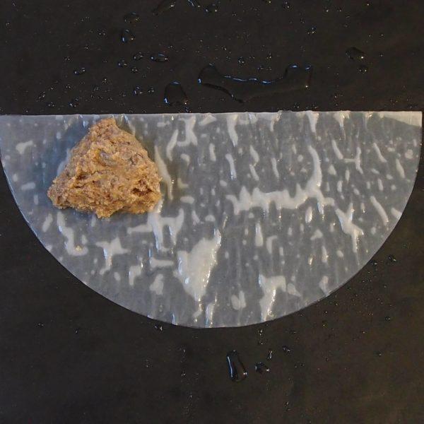 Préchauffez votre four à 200°C. Pliez ensuite votre samoussa selon la forme souhaitée en utilisant ma technique de pliage ou tout autre technique de votre choix.