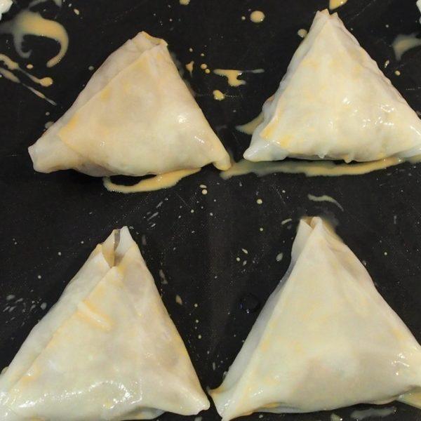 Nappez ensuite vos samoussas avec un mélange de lait végétal et de vanille liquide avant d'enfourner. Le temps de cuisson varie entre 30 et 40 minutes suivant la puissance de votre four.