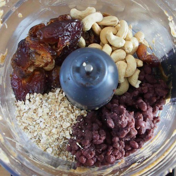 Mixez tous les ingrédients sauf les toppings. Si vous ne digérez pas l'avoine cru utilisez du riz ou du quinoa cuit. Ce ne sont pas mes versions préférées mais elles sont très bonnes également.