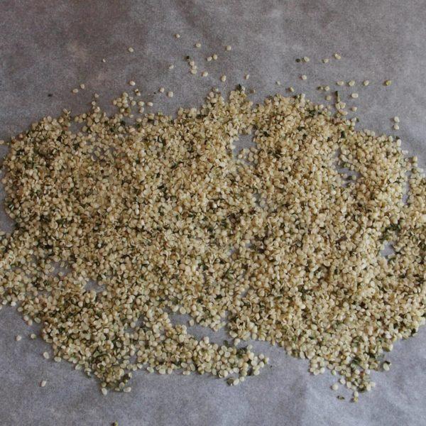 S'il ne le sont pas déjà, faites griller vos oléagineux et vos graines pendant 15 minutes à 165°C (10 minutes pour les graines ). Cette étape est facultative mais donne un goût extra à votre purée. De plus, elle permet de faire ressortir l'huile des oléagineux, ce qui évite d'avoir à en ajouter ensuite pour faciliter le mixage. Attention néanmoins à ne pas trop les griller pour ne pas altérer le goût (surtout les noix) ou les qualités nutritives.