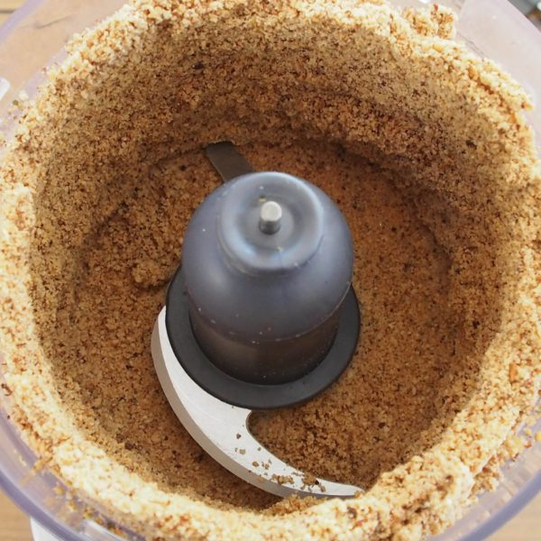 Commencez le mixage à puissance maximum. Il va surement vous falloir racler les bords de temps en temps pendant les 5 premières minutes car votre mélange aura une structure sableuse. J'avoue que ces minutes semblent très longues. N'abandonnez pas et ne rajoutez ni huile, ni eau. Promis, ça marchera.