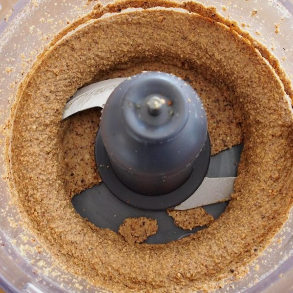 Après 10 minutes, votre mélange commence à ressembler à de la purée d'oléagineux. N'arrêtez surtout pas, vos efforts sont en train de payer. Enfin ceux du mixeur car soyons honnêtes, pour vous ce n'est pas très fatiguant.